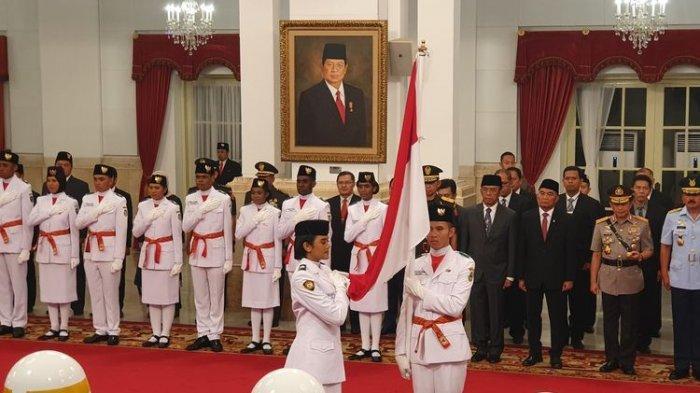 Presiden Joko Widodo mengukuhkan 68 anggota Pasukan Pengibar Bendera Pusaka (Paskibraka) yang akan bertugas pada upacara kemerdekaan ke-74 Republik Indonesia, 17 Agustus 2019 mendatang. Pengukuhan dilaksanakan di Istana Negara, Jakarta, Kamis (15/8/2019) siang.