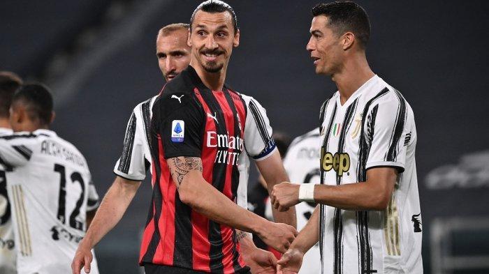 Penyerang AC Milan Zlatan Ibrahimovic  dan Cristiano Ronaldo bertemu pada pertandingan sepak bola Serie A Italia Juventus vs AC Milan, Senin 09 Mei 2021 di stadion Juventus di Turin.