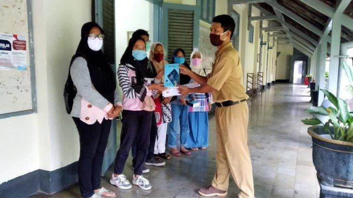 Ilustrasi : SMKN 2 Yogyakarta menyerahkan bantuan pinjaman tablet kepada siswa yang tidak bisa mengikuti pembelajaran jarak jauh (PJJ).