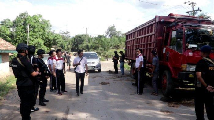 Kesal Jalan Desanya Rusak, Mantan Kades Sandera Sopir dan Kernet Truk Lalu Minta Tebusan