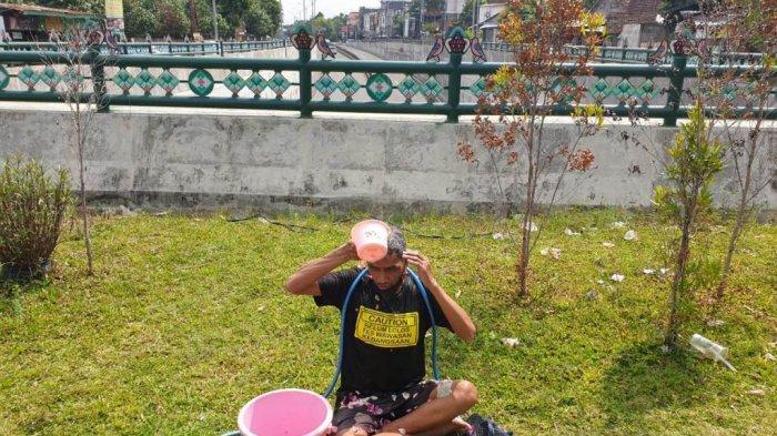 Soroti Polemik Banjir, Aktivis JCW Mandi Kembang diUnderpass Kentungan