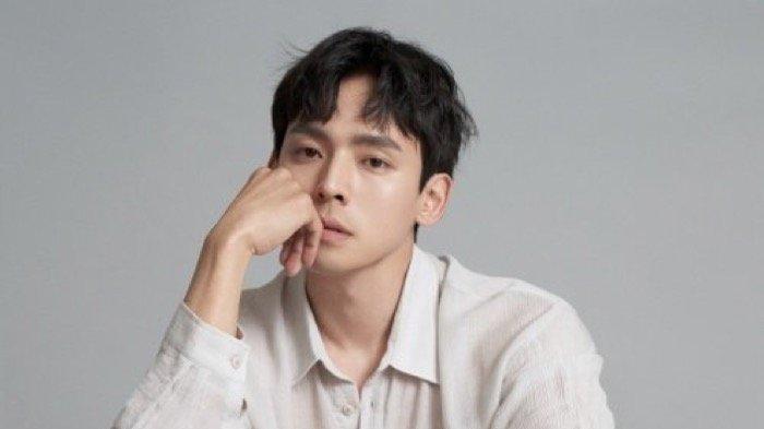 Kang Hyung Suk Pemeran Choi Eun Chul dalam Drakor Hometown Cha-Cha-Cha
