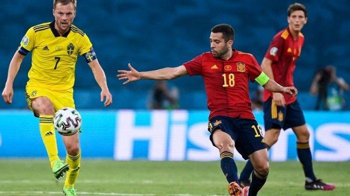 Aksi bek Spanyol Jordi Alba dan gelandang Swedia Sebastian Larsson pada laga Grup E Euro 2020 di Stadion La Cartuja, Sevilla, pada Selasa (15/6/2021) dini hari WIB.(AFP/PIERRE-PHILIPPE MARCOU)
