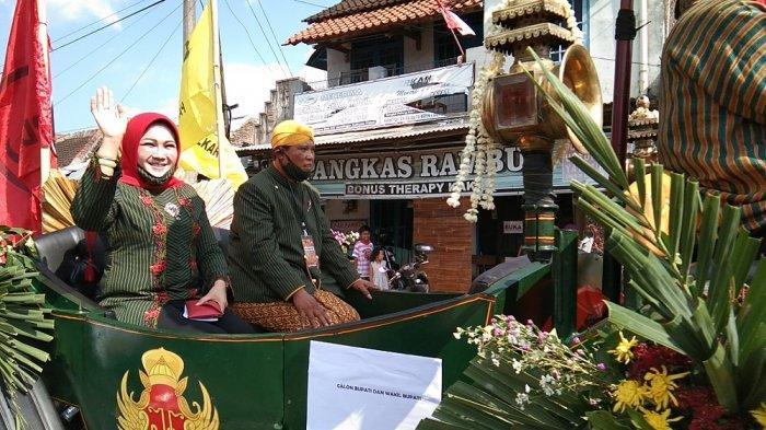 Sri Mulyani - Yoga Hardaya Berangkat ke Kantor KPU Klaten Naiki Kereta Andong