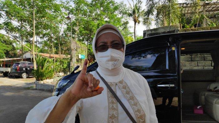 Sri Muslimatun Mencoblos di TPS 036 Blunyah Gede