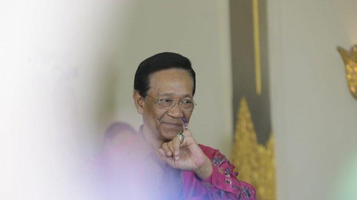 Sri Sultan Hamengku Buwono X Tunjukan Jari Kelingking Usai Mencoblos di TPS 15 Panembahan