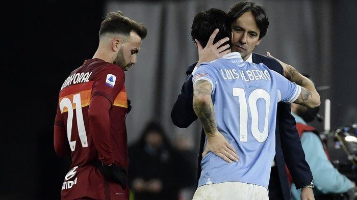 Pelatih Lazio Italia Simone Inzaghi (kanan) merangkul gelandang Spanyol Lazio Luis Alberto di akhir pertandingan sepak bola Serie A Italia Lazio Roma vs AS Roma pada 15 Januari 2021 di stadion Olimpiade di Roma.