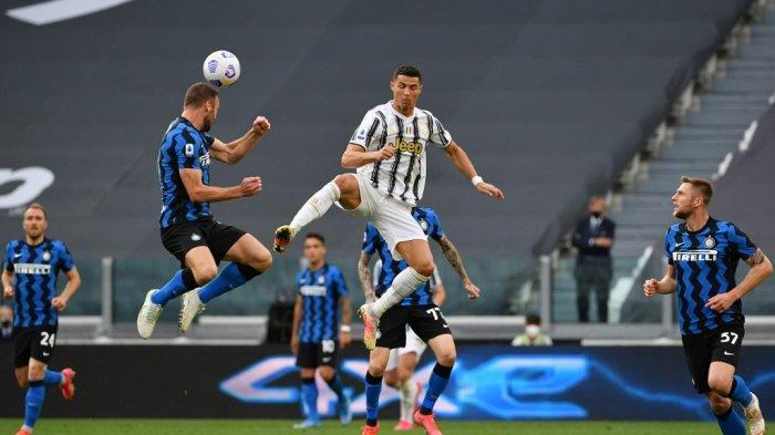 Stefan de Vrij dan Cristiano Ronaldo di Liga Italia Serie A Juventus vs Inter pada 15 Mei 2021 di stadion Juventus di Turin.