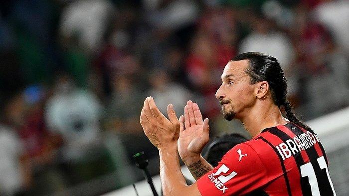 Striker AC Milan aZlatan Ibrahimovic memberikan tepuk tangan kepada para pendukung setelah menang 2-0 dalam pertandingan sepak bola Serie A Italia antara AC Milan dan Lazio di Stadion San Siro di Milan, 13 September 2021.