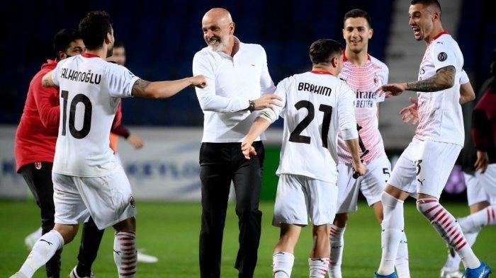 Stefano Pioli merayakan kemenangan setelah AC Milan mengamankan kualifikasi ke Liga Champions setelah Atalanta vs AC Milan pada 23 Mei 2021 di stadion Atleti Azzurri d'Italia di Bergamo .