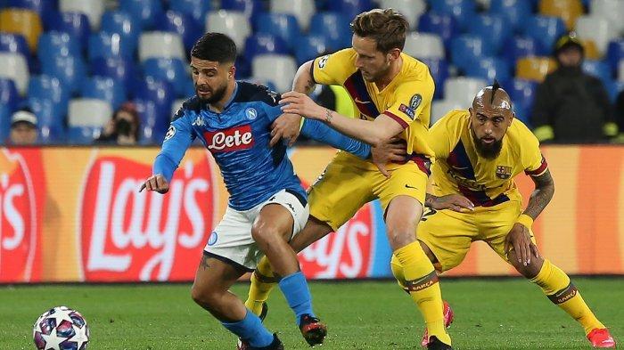 Striker Napoli Lorenzo Insigne (kiri) bersaing untuk mendapatkan bola dengan gelandang Barcelona Kroasia Ivan Rakitic (tengah) dan Chile Arturo Vidal (kanan) pada pertandingan 16 \\\\leg pertama UEFA Champions League antara SSC Napoli dan FC Barcelona di Stadion San Paolo di Naples pada 25 Februari 2020.