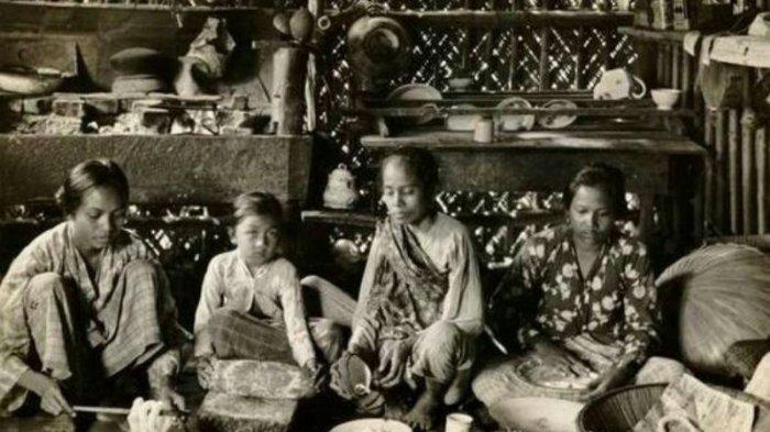 Warga tengah mempersiapkan menyambut datangnya hari raya Idulfitri atau lebaran. Foto diambil tahun 1920. Lokasi tidak diketahui