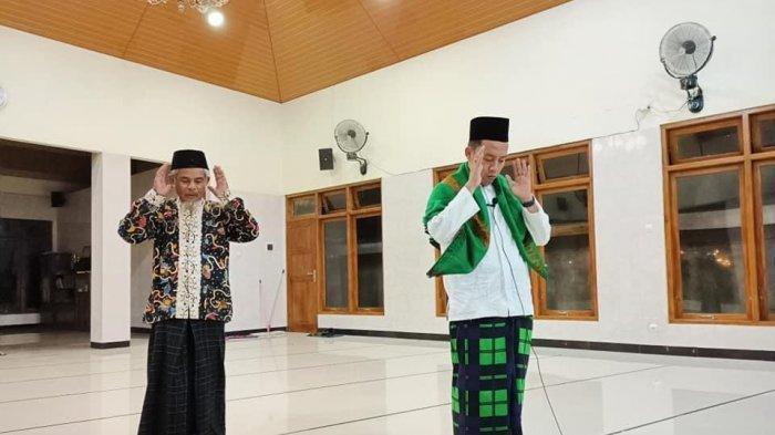 Suasana salat tarawih di Masjid Nurul Huda, Ngoto, Sewon, Bantul. Tarawih hanya dilakukan oleh imam dan seorang bilal, bacaan salat dikumandangkan melalui pengeras suara