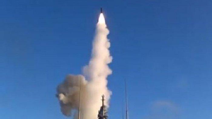 Gambar yang diunggah oleh Kementerian Pertahanan Rusia menunjukkan rudal hipersonik Zircon ditembakkan dari kapal perang Admiral Gorshkov.