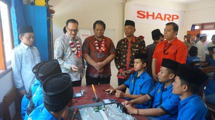 sukseskan-hut-ri-74-sharp-indonesia-siapkan-sdm-maju-lewat-sharp-class-di-pamekasan.jpg
