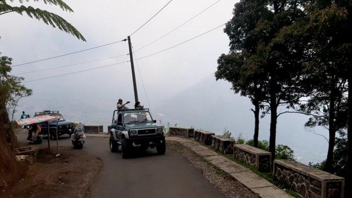 Wisata jeep atau jeep tour di Gunung Telomoyo, Kecamatan Ngablak, Kabupaten Magelang dengan ruten yang menantang dan pemandangan yang indah.