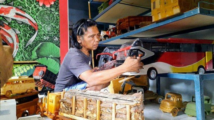 Supir Truk Asal Gunungkidul Banting Setir Buat Miniatur Mobil dari Kayu
