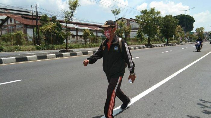Lulus Tes PPPK, Seorang Guru Honorer di Klaten Tunaikan Nazar Jalan Kaki ke Kampus UNY