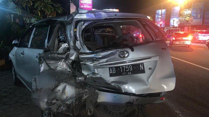 Mobil yang terlibat kecelakaan beruntun di Ringroad Monjali, Jumat (26/3/2021) malam