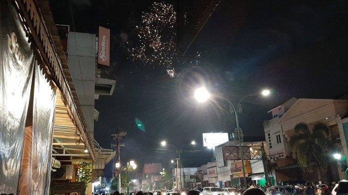 Tahun Baru di Tugu Yogyakarta, Pengunjung Saksikan Pesta Kembang Api