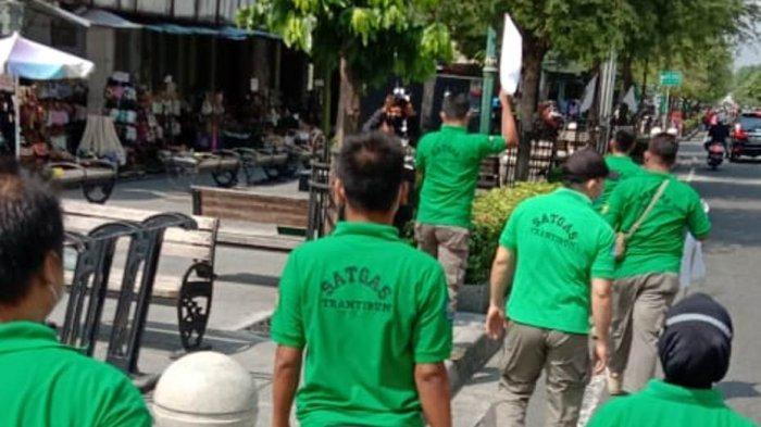 Tak Bertahan Lama, Bendera Putih Simbol Menyerah Pedagang di Malioboro Ditertibkan Satpol PP