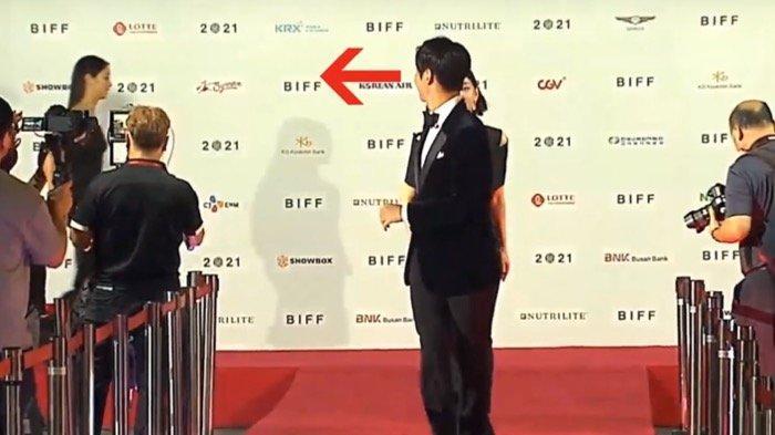 Terciduk, Song Joong Ki Curi-curi Pandang ke Jeon Yeo Been di Red Carpet BIFF 2021
