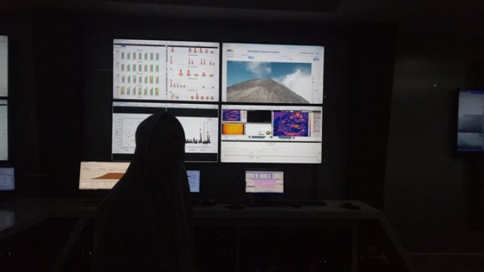 Kepala BPPTKG Yogyakarta Hanik Humaida memeriksa kondisi Gunung Merapi melalui CCTV di kantor BPPTKG Yogyakarta