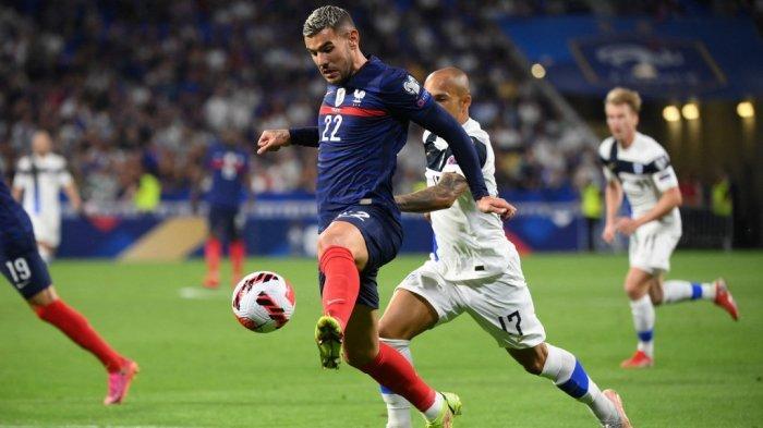 Theo Hernandez dan Nikolai Alho di kualifikasi Grup D Piala Dunia Qatar 2022 antara Prancis vs Finlandia di stadion Groupama di Decines-Charpieu dekat Lyon, Prancis timur tengah pada 7 September 2021.