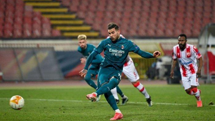 Theo Hernandez melakukan tendangan penalti di babak 32 besar Liga Eropa Bintang Merah vs AC Milan di stadion Rajko Mitic di Beograd, pada 18 Februari 2021.