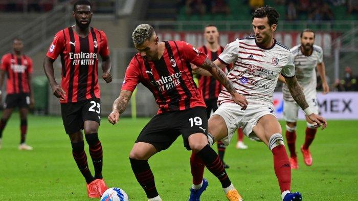 Theo Hernandez vs Luca Ceppitelli di Liga Italia Serie A antara AC Milan vs Cagliari di stadion San Siro di Milan, pada 29 Agustus 2021.