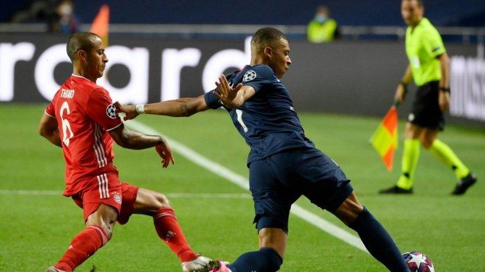 Gelandang Spanyol Bayern Munich Thiago Alcantara (L0 dan pemain depan Prancis Paris Saint-Germain Kylian Mbappe bersaing memperebutkan bola selama pertandingan final Liga Champions UEFA antara Paris Saint-Germain dan Bayern Munich di stadion Luz di Lisbon pada 23 Agustus 2020.