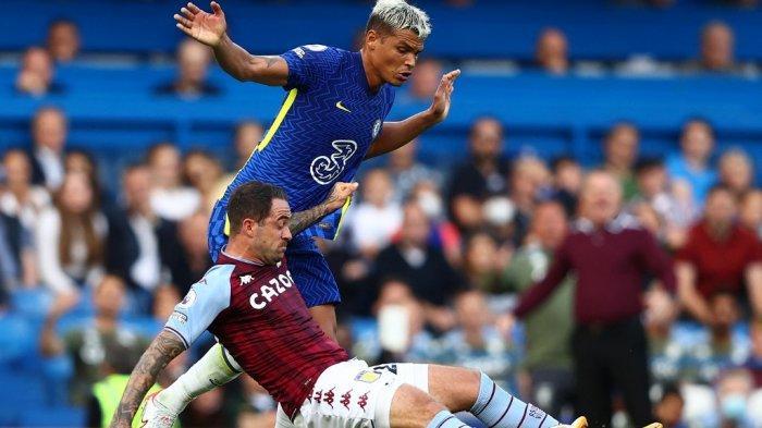 Thiago Silva vs Danny Ings di Liga Inggris antara Chelsea vs Aston Villa di Stamford Bridge di London pada 11 September 2021.