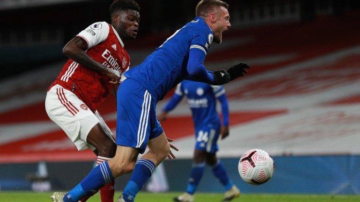 Gelandang Arsenal asal Ghana, Thomas Partey (kiri), menantang striker Inggris Leicester City Jamie Vardy dalam pertandingan sepak bola Liga Utama Inggris antara Arsenal dan Leicester City di Emirates Stadium di London pada 25 Oktober 2020.