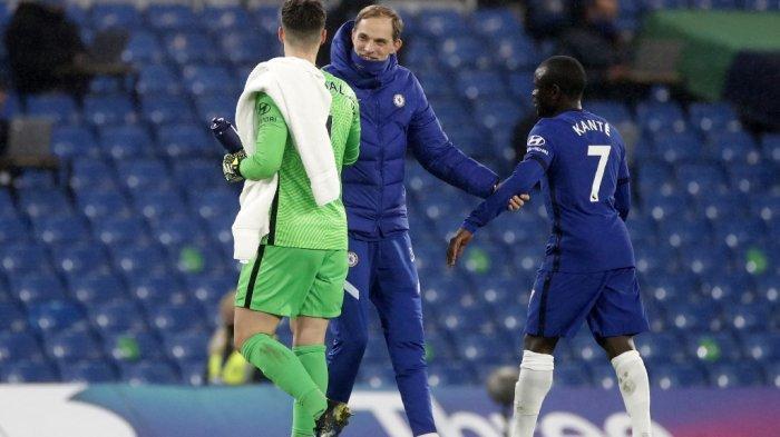 Thomas Tuchel, N'Golo Kante dan Kepa Arrizabalaga setelah Liga Inggris Chelsea vs Newcastle United di Stamford Bridge di London pada 15 Februari 2021.
