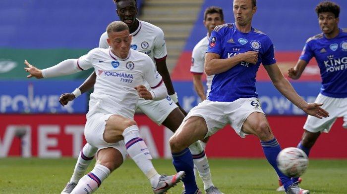 Pemain Chelsea, Ross Barkley (kiri) mencetak gol pembuka pertandingan sepak bola perempat final Piala FA Inggris antara Leicester City dan Chelsea di King Power Stadium di Leicester, Inggris tengah pada 28 Juni 2020.