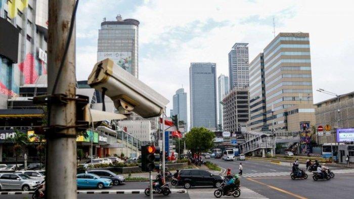 CCTV terpasang di kawasan Thamrin, Jakarta, Rabu (19/9/2018). Poldan Metro Jaya bekerja sama dengan Pemprov DKI Jakarta untuk melakukan tilang elektronik atau electronic traffic law enforcement (ETLE) yang akan diuji coba pada Oktober 2018 sepanjang jalur Thamrin hingga Sudirman.