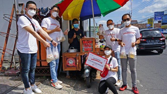 Tim Astra Motor Yogyakarta Borong Dagangan Pedagang Kaki Lima