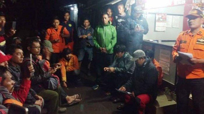 Tim Basarnas menyatakan penghentian pencarian Alvi Kurniawan (20) pendaki asal Magelang yang hilang dipuncak Gunung Lawu. Penghentian dilakukan pada Selasa (8/1/2019) malam
