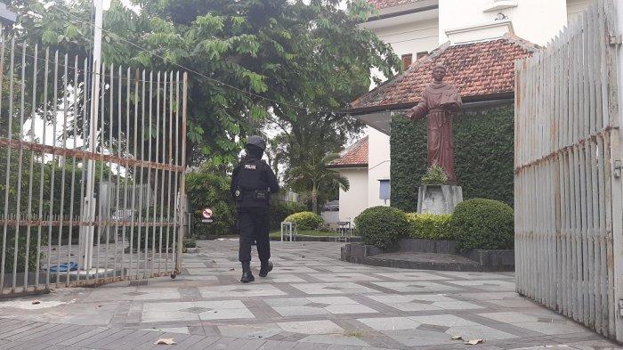 Tim Brimob Polda DI Yogyakarta Sisir Gereja Katolik Santo Antonius Padua Kotabaru