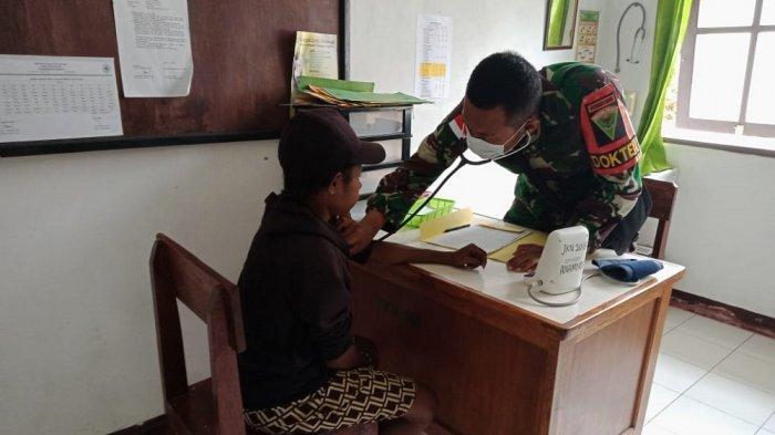 Tim Medis Satgas Pamtas Yonif 403/Wirasada Pratista Bantu Layanan Kesehatan di Distrik Senggi Papua