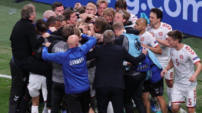 Kegembiraan penggawa timnas Denmark memastikan lolos ke babak 16 besar Euro 2020 setelah mengalahkan Rusia dengan skor 4-1 pada laga ketiga Grup B Piala di Parken Stadium, Kopenhagen, Senin (21/6/2021) atau Selasa dini hari WIB.