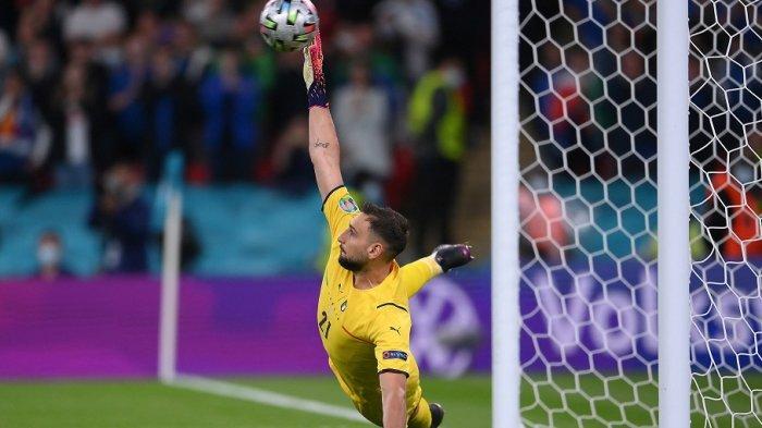 Penjaga gawang Italia Gianluigi Donnarumma saat penalti pada pertandingan sepak bola semifinal UEFA EURO 2020 antara Italia dan Spanyol di Stadion Wembley di London pada 6 Juli 2021.