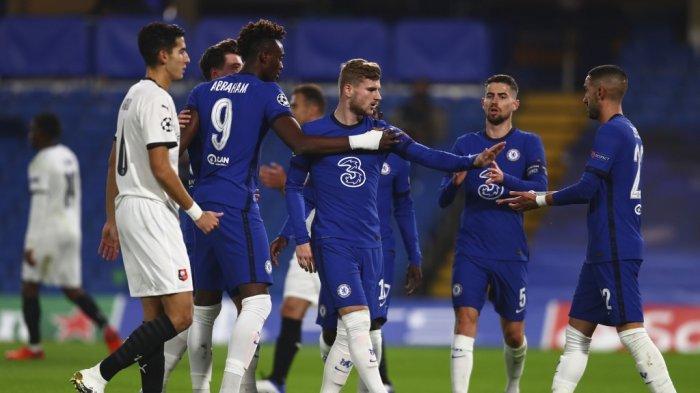 Striker Chelsea Chelsea Timo Werner (tengah) merayakan gol pembuka dari titik penalti selama pertandingan sepak bola Grup E Liga Champions UEFA antara Chelsea dan Rennes di Stamford Bridge di London pada 4 November 2020.
