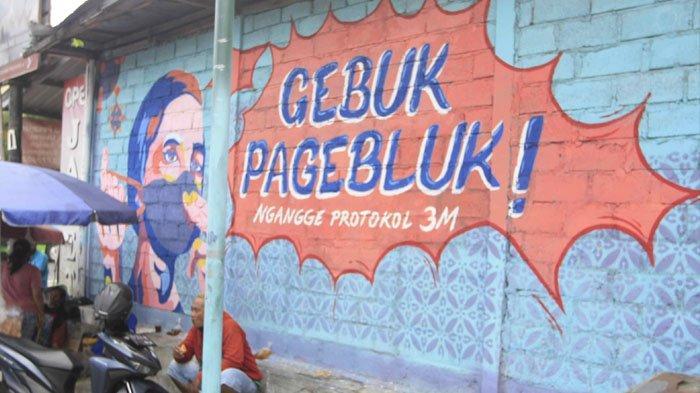 MURAL KAMPANYE PROTOKOL KESEHATAN. Warga beraktifitas di sekitar mural kampanye penerapan protokol kesehatan di kawasan Serangan, Kota Yogyakarta, Selasa (29/9/2020).