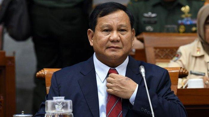 Menteri Pertahanan Prabowo Subianto bersiap mengikuti rapat bersama Komisi I DPR di kompleks Parlemen, Jakarta, Senin (11/11/2019). Rapat bersama antara DPR dan Kementerian Pertahanan (Kemhan) membahas rencana kerja Kemhan tahun 2020 beserta dukungan anggarannya.