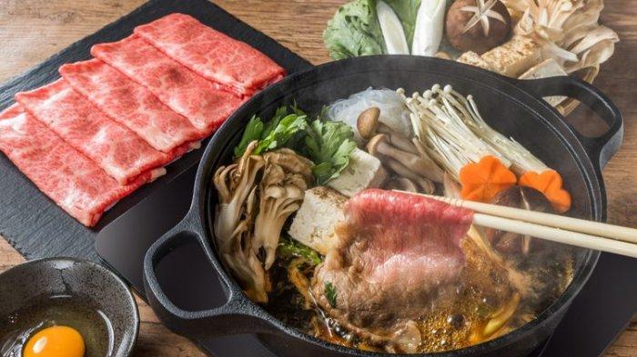 llustrasi sukiyaki dengan irisan tipis daging sapi.
