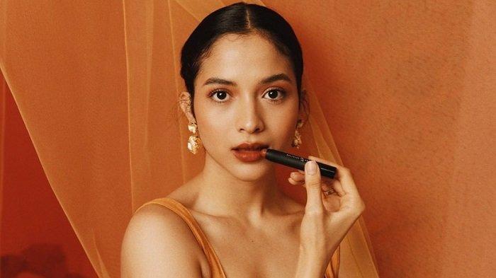 Kamu Wajib Coba! Tiga Tips Super Gampang Membuat Lipstick Tahan Lama