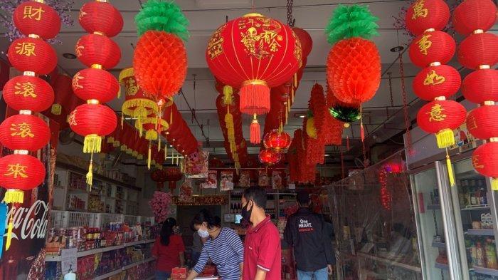 Toko Semangat Baru di Jalan Pajeksan, Ngupasan tetap memajang lampion dan aksesori berwarna merah khas Imlek untuk menjaga harapan
