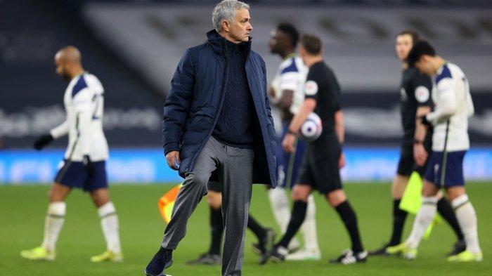 Pelatih Tottenham Hotspur Jose Mourinho (tengah) setelah pertandingan sepak bola Liga Utama Inggris antara Tottenham Hotspur melawan Crystal Palace di Stadion Tottenham Hotspur di London, Senin  8 Maret 2021. Tottenham memenangkan pertandingan tersebut 4-1.
