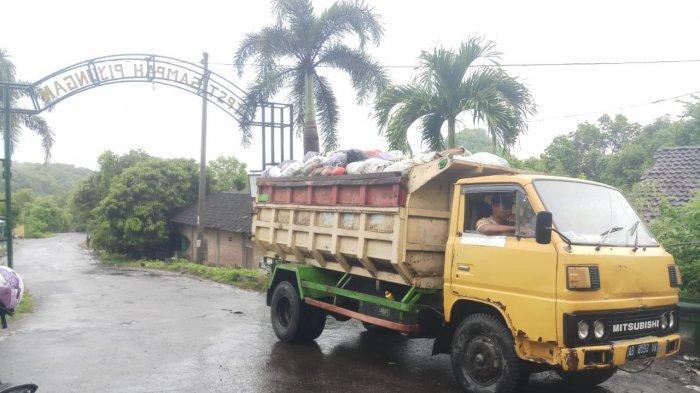 Salah satu mobil truk pembawa sampah yang tidak diperbolehkan masuk oleh warga ke TPST Piyungan, Jumat (18/12/2020)